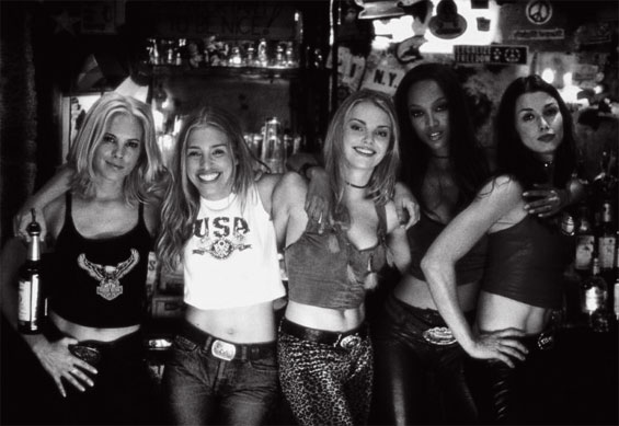 """Nuotrauka iš filmo """"Coyote Ugly"""" / 2000m."""