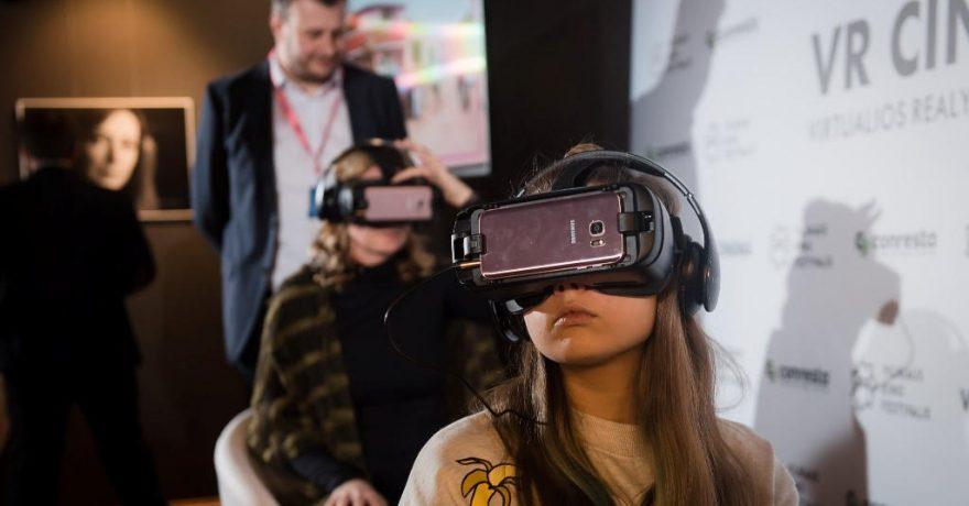"""""""Kino pavasaris"""" prasidėjo: atidaryta pirmoji Lietuvoje virtualios realybės kino salė"""