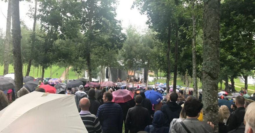 Mamontovo koncerto Ilzenbergo dvaro ūkyje klausėsi ir karvės