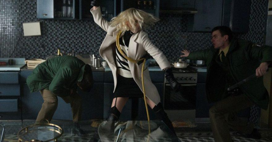 """Į kino teatrus atkeliauja moteriškoji Džeimso Bondo versija – Ch. Theron įkūnyta """"Atominė blondinė"""""""