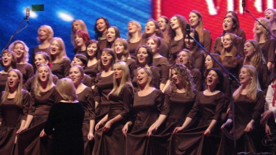 Trijų merginų chorų dovana – spindintis koncertas