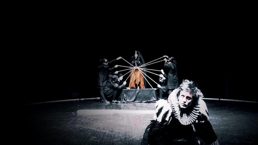 """Keistuolių teatro commedia dell'arte spektaklis """"VARNAS"""""""
