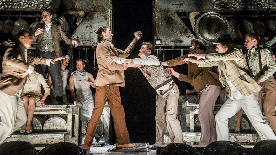 """William Shakespeare """"ĮSTABIOJI IR GRAUDŽIOJI ROMEO IR DŽULJETOS ISTORIJA"""", rež. O.Koršunovas. OKT 20-ties metų festivalis po atviru dangumi"""