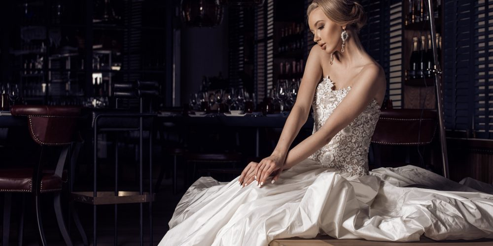 Modelis Karolina Toleikytė tapo kerinčia nuotaka aukštosios mados vestuvinių suknelių fotosesijoje