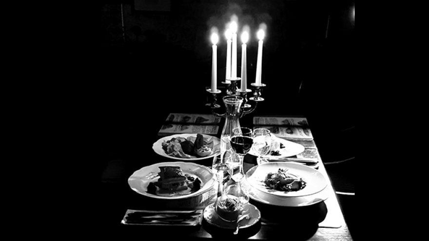 Vakarienė visiškoje tamsoje