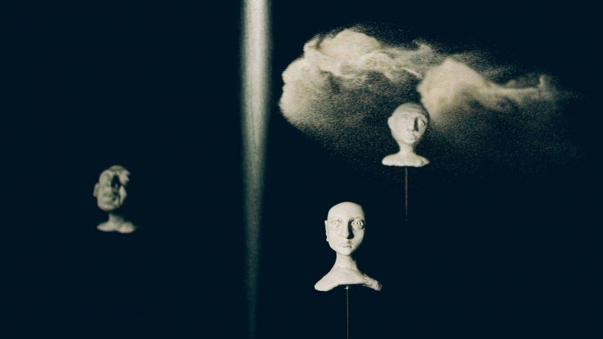 """Premjera! Lėlių ir objektų teatro instaliacija """"Tarp Žemės ir Dangaus"""""""